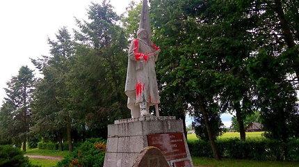 Šėtoje dažais apipiltas paminklas sovietų kariams, meras tai vertina kaip chuliganizmą