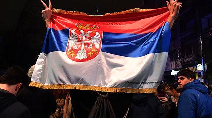 Serbijos sostinėje tūkstančiai žmonių protestuoja prieš vyriausybę