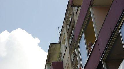 """Šiuolaikinio cirko festivalis """"Cirkuliacija"""" Kaune. Pasirodymas Partizanų g. 208 namo balkonams."""