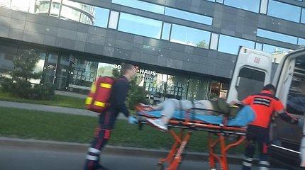 Vyrą iš baro Vilniuje policijai ir greitosios medikams teko surišti ir nešte išnešti