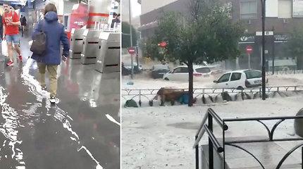Gyventojai nematė nieko panašaus: po liūties gatvės virto upėmis – srovė nešė automobilius