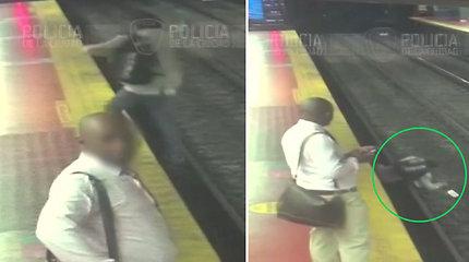Dėl priklausomybės nuo telefono vyras gavo skaudžią pamoką – metro stotyje nufilmuota pavojinga akimirka