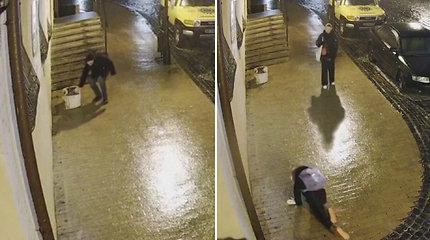 Ukrainos gatvėje – kuriozinė situacija: dėl slidumo žmonės negalėjo išsilaikyti ant kojų, todėl bandė judėti keturiomis