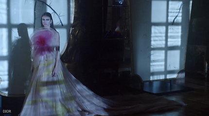 """Pasigrožėkite: """"Dior"""" mistiniu filmu pristatė naujausią kolekciją """"Trikdantis grožis"""""""