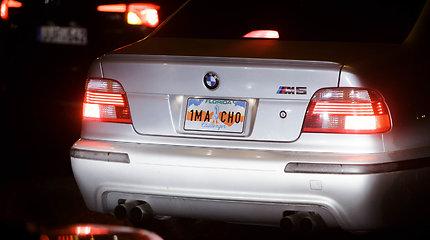 Reidas Vilniuje: neblaivaus vairuotojo trenksmas į stulpą ir BMW vairuotojų pažeidimai