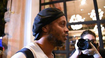 """Iš kalėjimo paleistas, bet Paragvajuje įkalintas Ronaldinho: """"Trokštu pabučiuoti savo mamą"""""""
