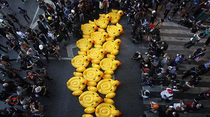 Pripučiami ančiukai Tailando protestuotojams atstojo skydus –  simboliškai gynėsi nuo vandens patrankų