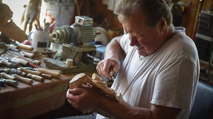 """Raimundas medžio drožėjo talentą paveldėjo iš tėvo: """"Niekada nesu piešęs eskizo. Drožiu iš galvos"""""""