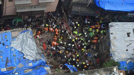 Mumbajuje sugriuvus namui didėja žuvusių žmonių skaičius, viena moteris išgelbėta