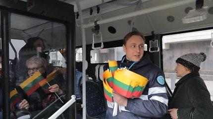Vasario 16-oji pasitiko ir viešajame transporte – keleiviams kontrolieriai dovanojo vėliavėles