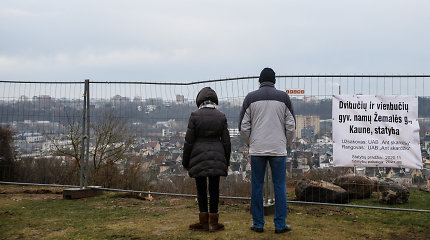 Ant skardžio dygsta kotedžai su Kauno panorama: stebisi dėl ardomo šlaito ir šaligatviais zujusių mašinų, tačiau pažeidimų – jokių