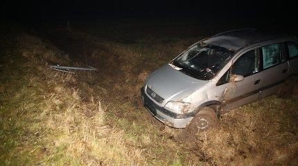 """Radviliškyje du vyrai išmatomis apdergė bei apgadino """"Opel"""", bandė mušti jo šeimininką"""