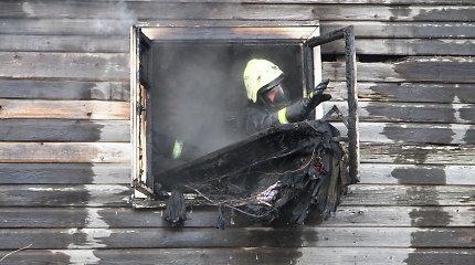 Kelmės rajone bandyta padegti namą – užsiliepsnojo lango rėmas