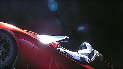 """Kokią misiją atlieka kosmoso platybėse skriejančio """"Tesla Roadster"""" vairuotojas-manekenas?"""