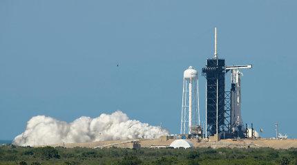 """Bendrovės """"SpaceX"""" erdvėlaivio pirmoji pilotuojama misija atšaukta dėl nepalankių orų"""