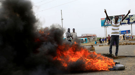 Ar kruvinas Sudano kariuomenės puolimas visiškai sugniuždė demokratijos viltį?