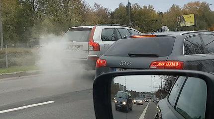 """Dūmų uždangą Vilniuje paskleidęs visureigis iškėlė klausimą: kaip gatvėse išvengti tokių """"garvežių""""?"""