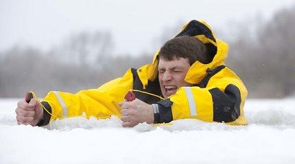 Ledinė drama Kuršių mariose: žvejo ekstremalo gyvybė 40 minučių kybojo ant smaigų