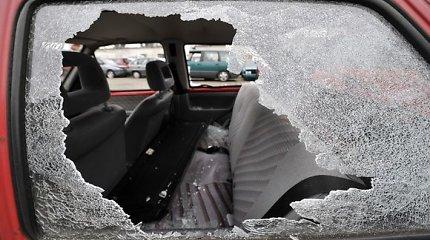 """Klaipėdoje automobilio langą išdaužęs vagišius čiupo vertingą """"Prada"""" striukę"""