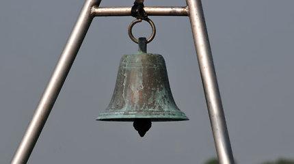 1912 metais pagamintą bronzinį varpą Radviliškio rajone pavogusi trijulė stos prieš teismą