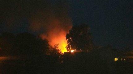 Lentvaryje naktį atvira liepsna degė buvęs klebonijos pastatas