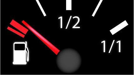 Tyrimas: kaip elgiasi vairuotojai, jei kelyje baigiasi degalai