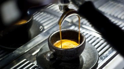 Kavos tirščius išmesti, apsirengti ar iš jų darsyk išgerti kavos?