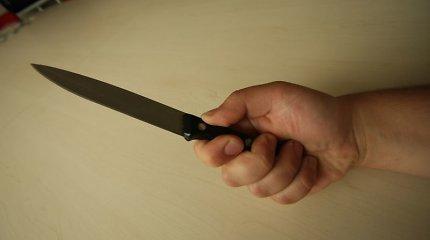 Telšių rajone neblaivus vyriškis su peiliu užpuolė tėvą