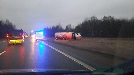 Kauno rajone nuo kelio nuskriejo sunkiasvorė mašina