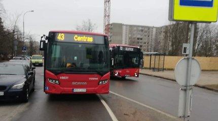 Dėl palikto BMW pravažiuoti negalėjusi autobuso vairuotoja išgirdo siūlymą sukti į priešpriešinę juostą