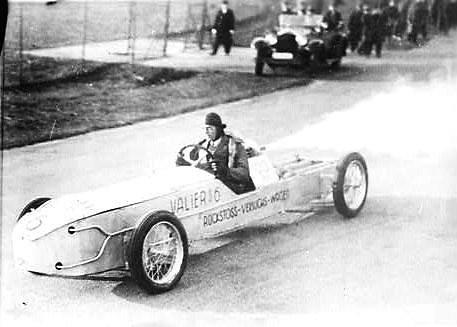 Wikimedia Commons nuotr./Maxas Valieris savo sukonstruotame automobilyje