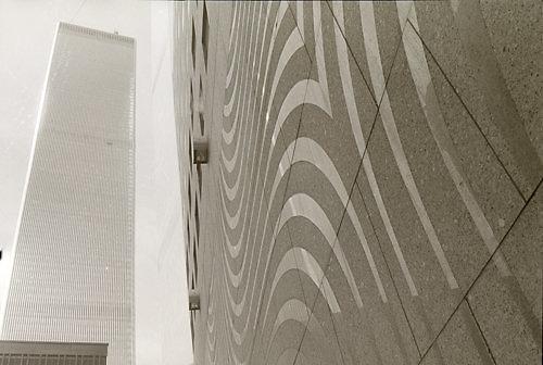 A.Norvilos nuotr./A.Kašubos rūgštimi graviruota granito siena, 7-asis pasaulio prekybos centras, 1986