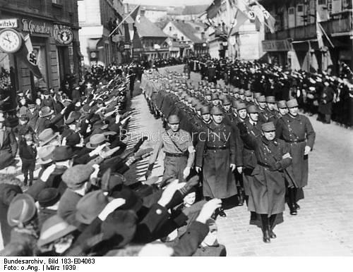Vokietijos federalinio archyvo nuotr. /Klaipėdos gatvėmis žygiuoja SA smogikų dalinys