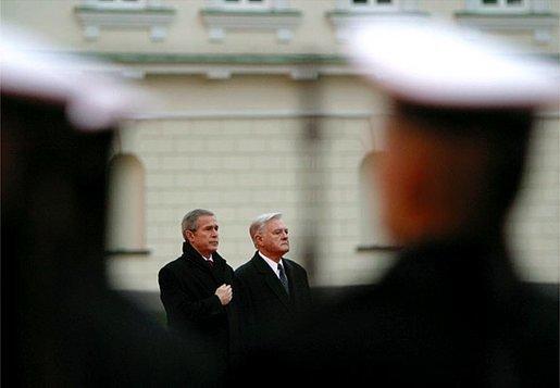 Baltųjų rūmų nuotr./JAV prezidentas George'as W.Bushas Vilniuje 2002-aisiais
