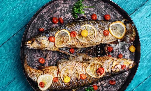 Ant grotelių kepame žuvį ir jūros gėrybes: 3 egzotika dvelkiantys receptai