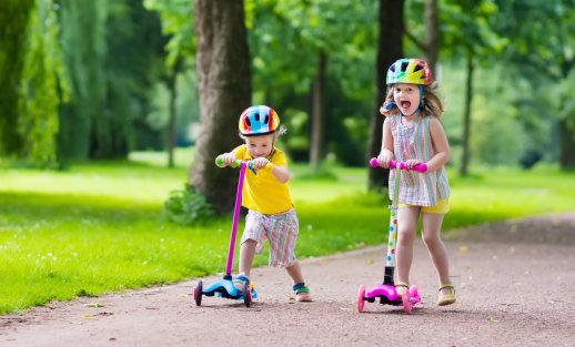Praktiškam mažyliui: vaikų vasaros atostogos smagesnės su paspirtuku ir smėlio žaislais