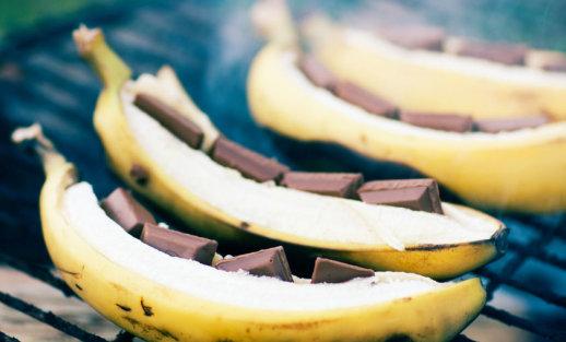 Desertas per kelias minutes: grilyje kepti bananai su maskarponės kremu