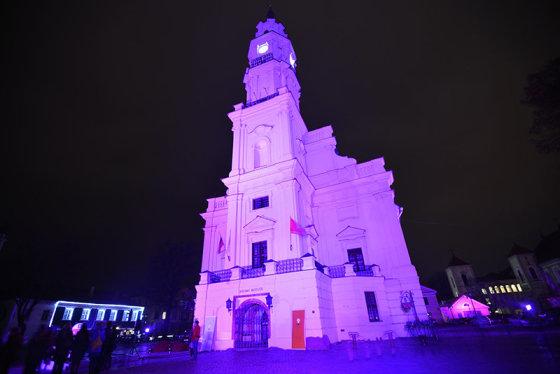 Lietuva pirmą kartą prisijungė prie viso pasaulio skleidžiamos žinios apie anksčiau laiko gimusius naujagimius ir apšvietė Kauno simbolį – Rotušę – purpurine spalva./ Nuotr.Vytautas Budrevicius