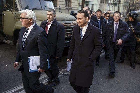 """""""Scanpix"""" nuotr./Vokietijos ir Lenkijos užsienio reikalų ministrai Frankas-Walteris Steinmeieris ir Radoslawas Sikorskis Kijeve"""
