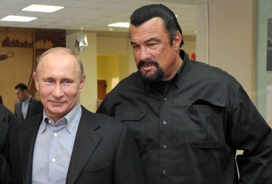"""AFP/""""Scanpix"""" nuotr./Vladimiras Putinas ir Stevenas Seagalas"""