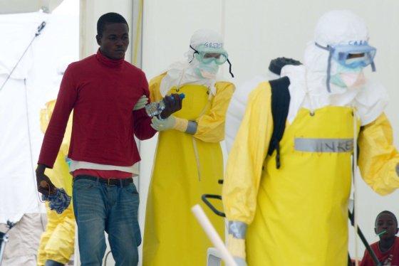 "AFP/""Scanpix"" nuotr./Vedamas Ebolos virusu užsikrėtęs vyras"