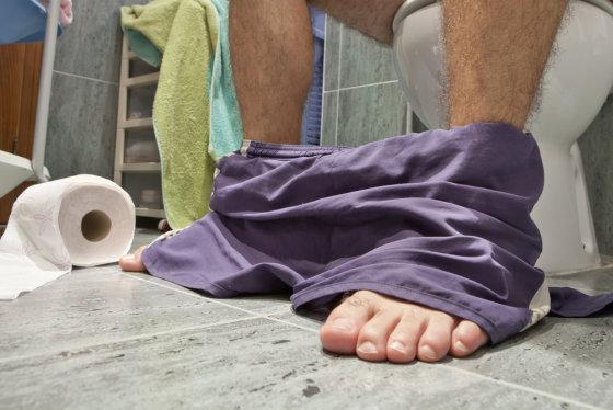 Shutterstock nuotr./Vyras tualete