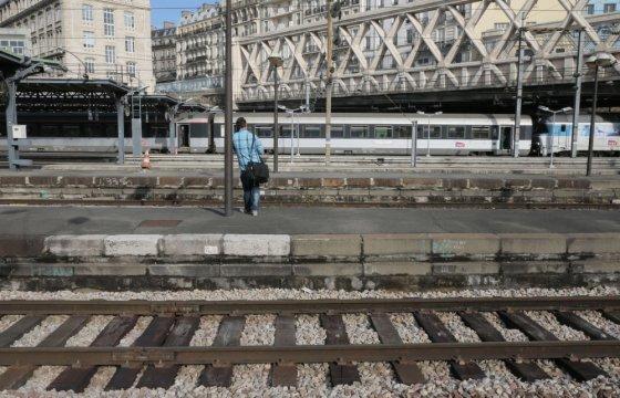"""AFP/""""Scanpix"""" nuotr./Prancūzijoje keleiviai trečiadienį susidūrė su transporto chaosu, kai geležinkelių darbuotojų profsąjungos paskelbė nacionalinį streiką"""