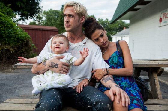 """Kadras iš filmo/Ryanas Goslingas ir Eva Mendes filme """"Niujorko šešėlyje"""""""