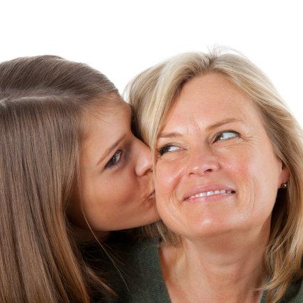 Shutterstock nuotr./Dukra bučiuoja mamą