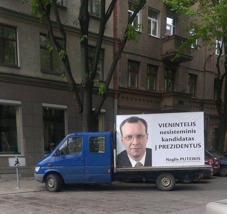 Skaitytojo Svajūno nuotr./Naglio Puteikio reklaminis automobilis neįgaliųjų vietoje