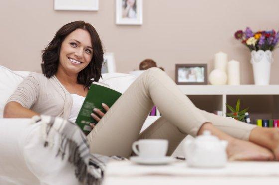 123rf.com nuotr./Moteris skaito knygą.