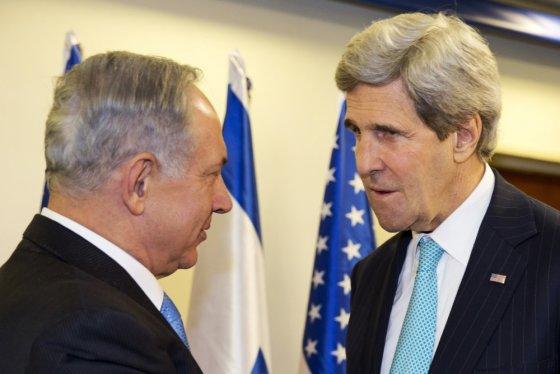 """""""Scanpix"""" nuotr./Izraelio premjeras Benjaminas Netanyahu ir JAV valstybės sekretorius Johnas Kerry"""