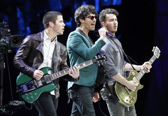 """""""Reuters""""/""""Scanpix"""" nuotr./""""Jonas Brothers"""" (iš kairės): Nickas Jonas, Joe Jonas ir Kevinas Jonas"""