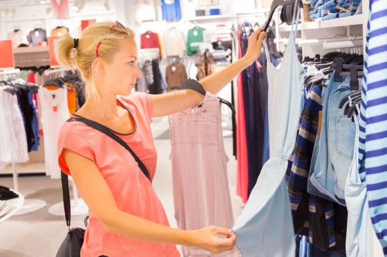 123RF nuotr./Mergina drabužių parduotuvėje